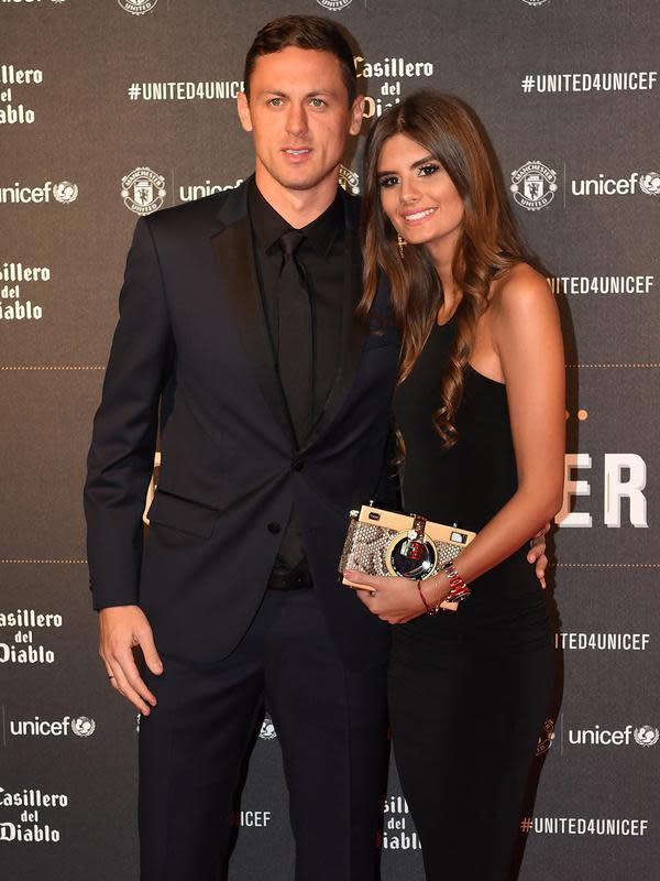Gelandang Manchester United, Nemanja Matic menggandeng istrinya, Aleksandra Matic (Paul ELLIS/AFP)