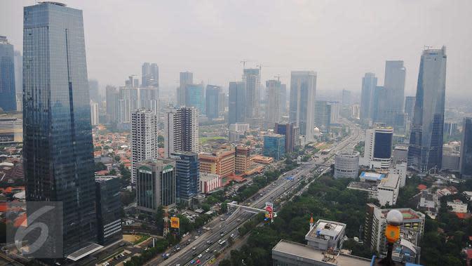 Suasana gedung bertingkat nampak dari atas di kawasan Jakarta, Senin (7/11). Badan Pusat Statistik (BPS) melaporkan pertumbuhan ekonomi nasional pada kuartal III 2016 mencapai 5,02 persen (year on year). (Liputan6.com/Angga Yuniar)