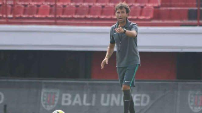 Luis Milla memberikan arahan saat sesi latihan Timnas Indonesia U-23