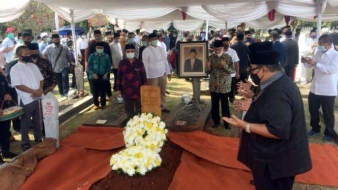 Berlangsung Khidmat, Banjir Air Mata di Pemakaman Abdul Malik Fadjar