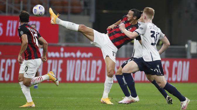 Pemain AC Milan Zlatan Ibrahimovic mengontrol bola dibayang-bayangi pemain Bologna Jerdy Schouten pada pertandingan Serie A di Stadion San Siro, Milan, Italia, Senin (21/9/2020). AC Milan menaklukkan Bologna 2-0. (AP Photo/Antonio Calanni)