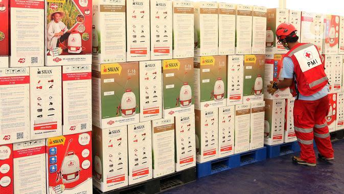 Petugas PMI beraktivitas di Gudang Darurat Pencegahan COVID-19, Jakarta, Kamis (26/3/2020). PMI mendistribusikan logistik penanganan COVID-19, seperti masker, cairan disinfektan, APD, mesin genset dan lainnya ke seluruh wilayah di Indonesia melalui gudang tersebut. (Liputan6.com/Johan Tallo)