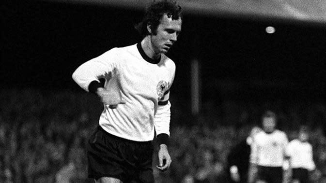 3. Franz Beckenbauer, bek tangguh asal Jerman Barat ini merupakan bagian dari generasi emas tim Panser pada Piala Eropa 1972, sulit untuk bisa menembus penjagaannya. (UEFA)
