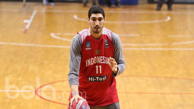 Enes Kanter memberikan Coaching Clinic kepada peserta Indonesia Basketball Academy di Britama Arena, Jakarta, Kamis (18/5/2017). (Bola.com/Nicklas Hanoatubun)