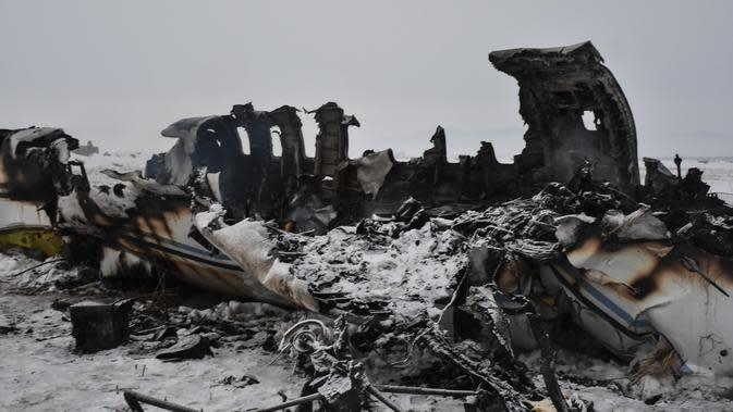 Bagian badan pesawat militer AS yang hancur setelah jatuh di provinsi Ghazni, Afghanistan (27/1/2020). Pesawat jet militer AS itu jatuh di wilayah pegunungan di Afghanistan timur yang merupakan salah satu wilayah kekuasaan kelompok Taliban. (AP Photo/Saifullah Maftoon)