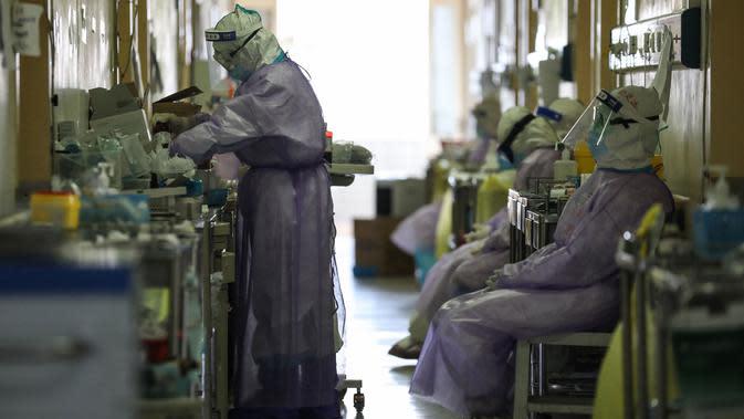 Petugas medis yang bekerja di Rumah Sakit Palang Merah di Wuhan,, China pada 28 Februari 2020. Virus Corona yang bermula di China tengah pada Desember 2019 kini menyebar secara global di mana lima negara terdampak paling besar, yakni Cina daratan, Korea Selatan, Iran, Italia dan Jepang (STR/AFP)