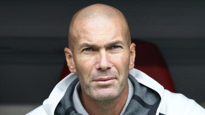 Pelatih Real Madrid, Zinedine Zidane melihat para pemainnya bertanding melawan Fenerbahce pada pertandingan Audi Cup 2019 di stadion Allianz Arena di Munich, Jerman (31/7/2019). Madrid menang atas Fenerbache dengan skor 5-3. (AP Photo/Matthias Schrader)