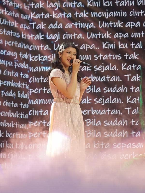 Juara 2 Indonesian Idol ini memang selalu tampil menawan. Lagu barunya yang berjudul Maafkan Aku #TerlanjurMencinta berhasil trending di YouTube cukup lama. Bahkan video musiknya telah ditonton hingga 23 juta kali. (Liputan6.com/IG/@tiaraandini)
