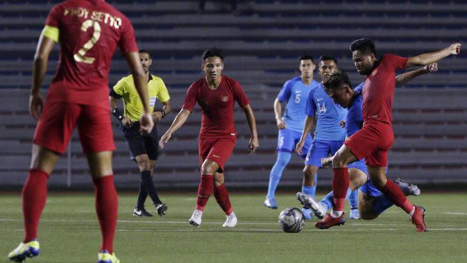 Gelandang Timnas Indonesia U-22, Saddil Ramdani, berusaha merebut bola saat melawan Singapura U-22 pada laga SEA Games 2019 di Stadion Rizal Memorial, Manila, Kamis (28/11). Indonesia menang 2-0 atas Singapura. (Bola.com/M Iqbal Ichsan)