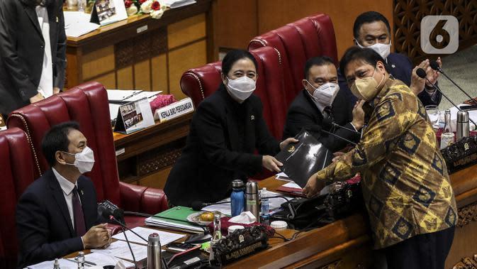 Menko Perekonomian Airlangga Hartarto (kanan) memberikan pandangan akhir pemerintah mengenai UU Omnibus Law Cipta Kerja kepada Ketua DPR Puan Maharani saat Rapat Paripurna di Kompleks Parlemen, Jakarta (5/10/2020). (Liputan6.com/Johan Tallo)