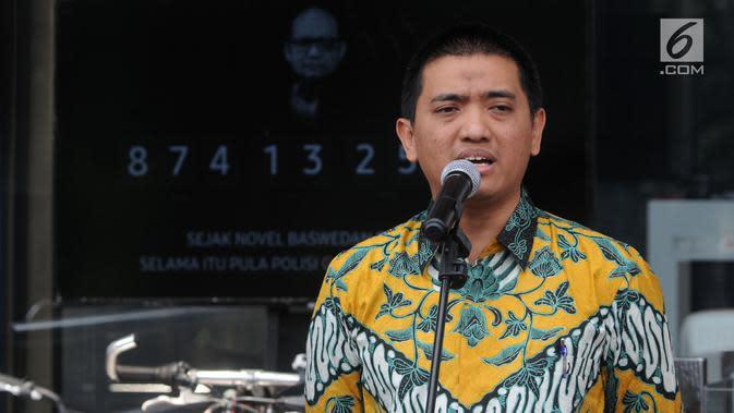 Ketua Wadah Pegawai KPK Yudi Purnomo Harahap memberi keterangan terkait petisi 1.000 tanda tangan tolak Capim KPK bermasalah di Gedung KPK, Jakarta, Senin (2/9/2019). Pegawai KPK berharap Presiden Joko Widodo selektif memilih 10 Capim KPK yang akan diberikan ke DPR. (merdeka.com/Dwi Narwoko)