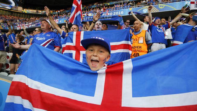 Suporter cilik bersama ribuan fans Islandia merayakan kemenangan timnya atas Inggris pada babak 16 besar Piala Eropa 2016 di Stade de Nice, Nice, Prancis, Selasa (28/6/2016) dini hari WIB. Islandia menang 2-1. (EPA/Sebastein Nogier)