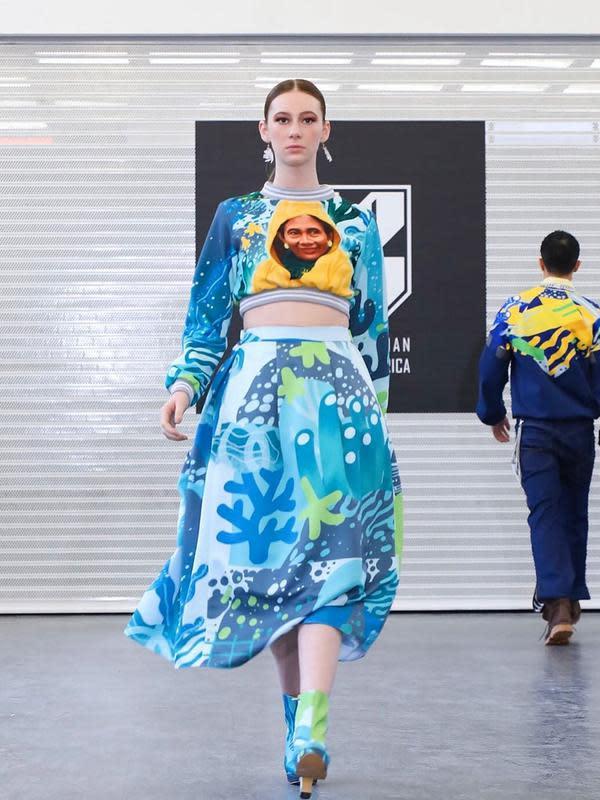 Maggie Hutauruk-Eddy menampilkan wajah Susi Pudjiastuti dalam karyanya di New York Fashion Week (Dok.Instagram/@2maggieson/https://www.instagram.com/p/B8baomgA5bR/Komarudin)