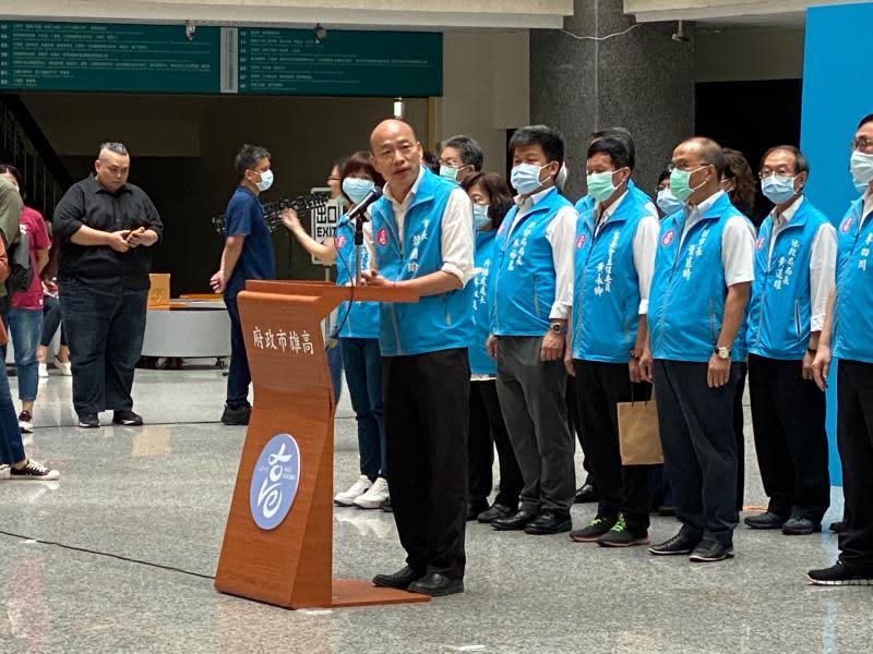 ▲韓國瑜率高雄市政府團隊首長,於罷免案通過後出來談話。(圖/NOWnews攝影中心)