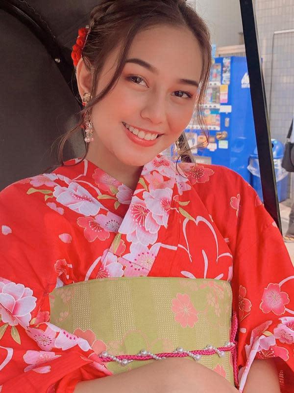 Dimedia sosial, ia kerap mengunggah momennya saat nikmati liburan. Salah satunya ialah saat ia berada di Bali bersama teman-teman dan ke Jepang. Liburan ke Jepang ia pun coba berpose dengan menggunakan Kimono. (Liputan6.com/IG/@daraarafah)
