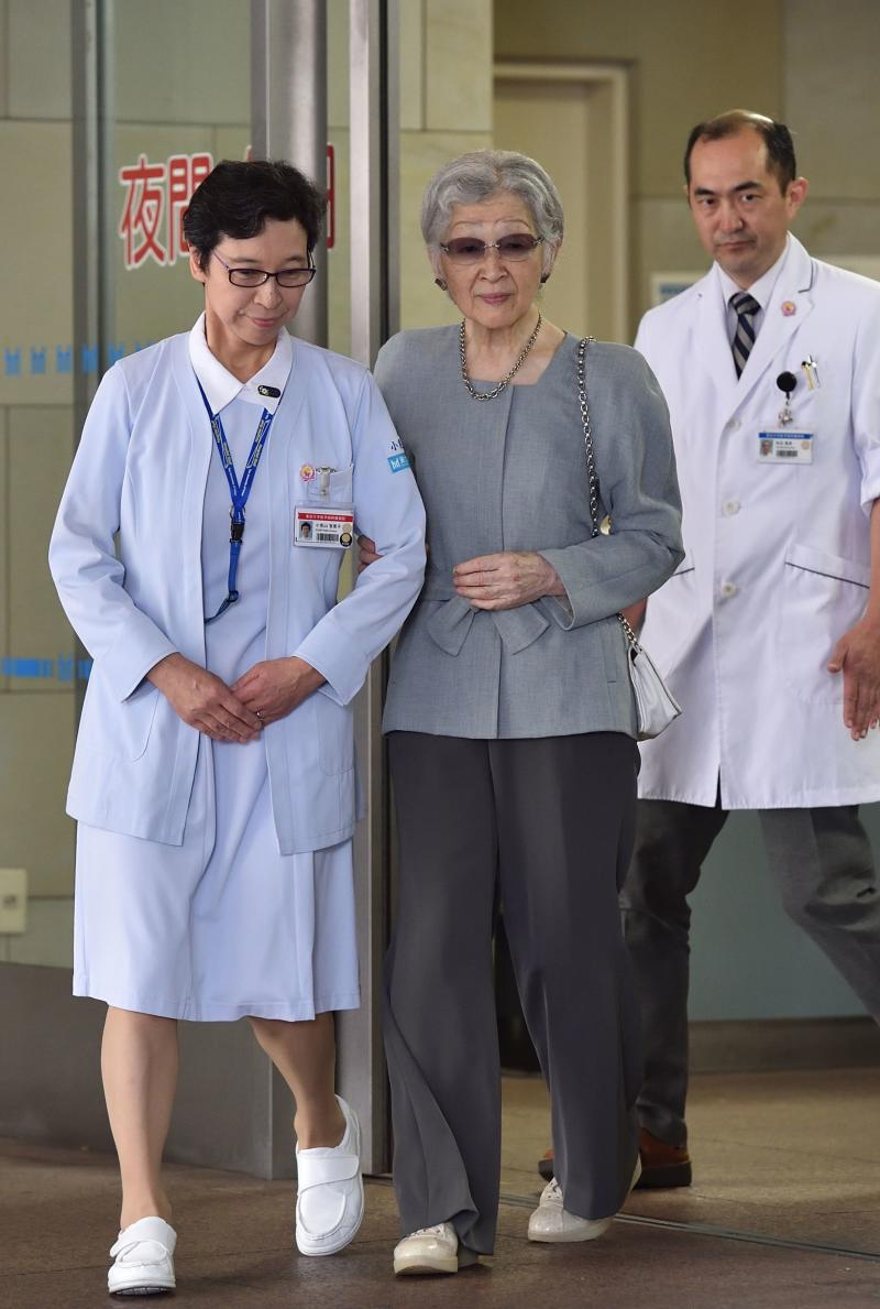 "Japan's former empress Michiko (C), who underwent successful breast cancer surgery on September 8, leaves the University of Tokyo Hospital in Tokyo on September 10, 2019. - Japan's former empress Michiko ""safely"" underwent surgery on September 8 after the 84-year-old was diagnosed with early-stage breast cancer, the Imperial Household Agency said. (Photo by Kazuhiro NOGI / POOL / AFP) (Photo credit should read KAZUHIRO NOGI/AFP/Getty Images)"