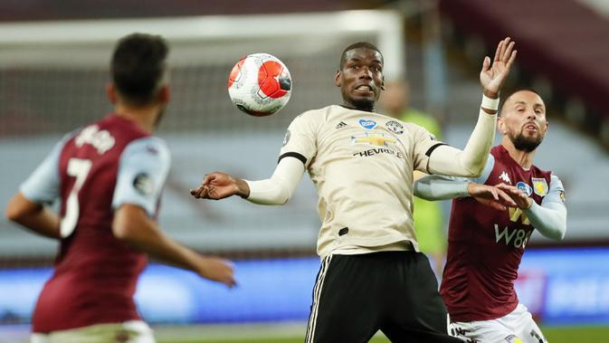 Pemain Manchester United Paul Pogba berupaya mengendalikan bola saat menghadapi Aston Villa pada pertandingan Premier League di Villa Park, Birmingham, Inggris, Kamis (9/7/2020). Manchester United menang 3-0. (AP Photo Andrew Boyers, Pool)