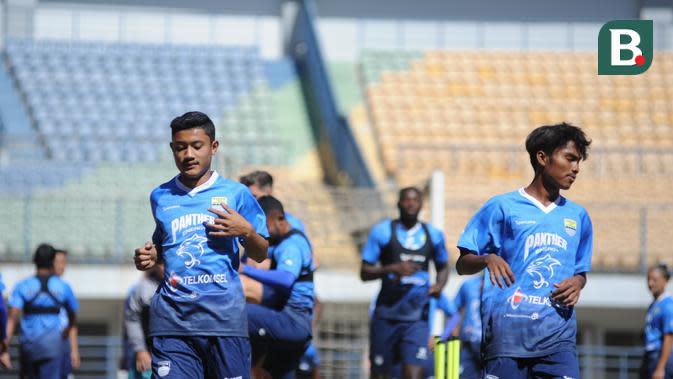 Ravil Shandika (kiri) saat menjalani trial bersama Persib Bandung di Stadion GBLA, Bandung, Kamis (27/8/2020). (Bola.com/Erwin Snaz)