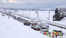 日本關東暴雪!高速公路2100車受困 「飲雪止渴」政府急搶救