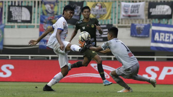 Gelandang Arema FC, Jayus Hariono, berusaha mencetak gol ke gawang Tira Persikabo pada laga Shopee Liga 1 di Stadion Pakansari, Bogor, Kamis (24/10). Arema tahan imbang 1-1 Tira Persikabo. (Bola.com/Yoppy Renato)