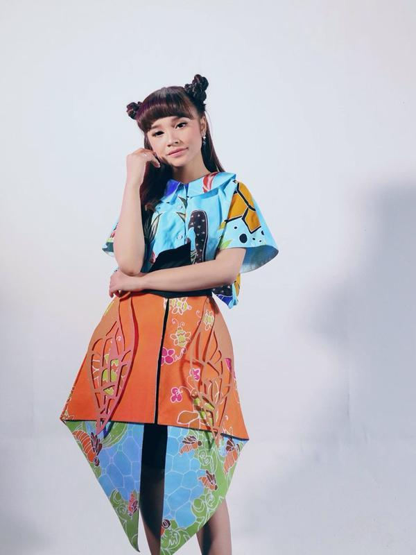 Tasya Rosmala selalu tampil percaya diri membawakan musik dangdut lengkap dengan cengkok khasnya. Dengan paduan outfit penuh warna dan fashionable, penampilannya tak pernah mengecewakan. (Liputan6.com/IG/@tasya_ratu_gopo).