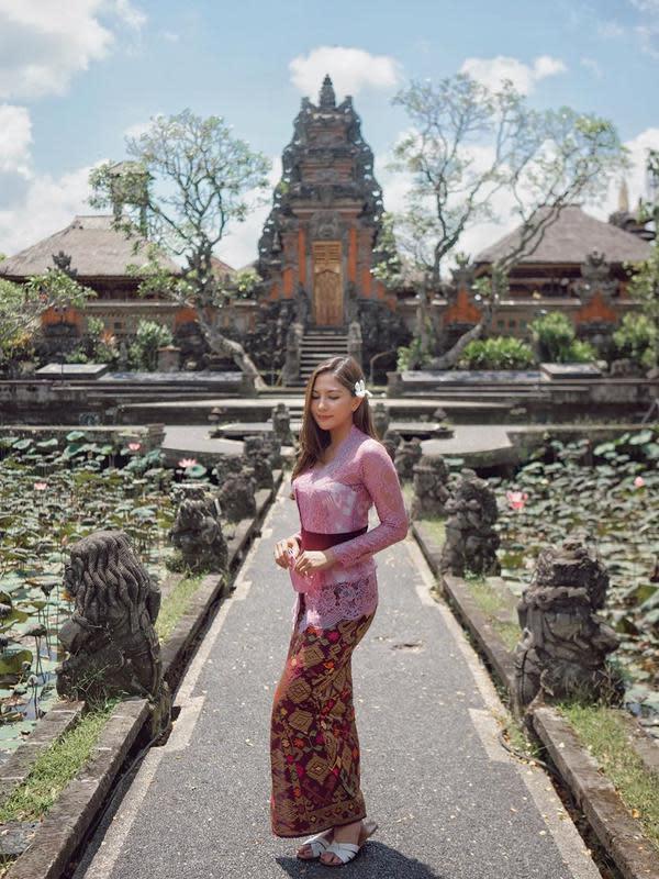 Seleb Indonesia saat Pakai Kebaya Bali (Sumber: Instagram/jscmilla