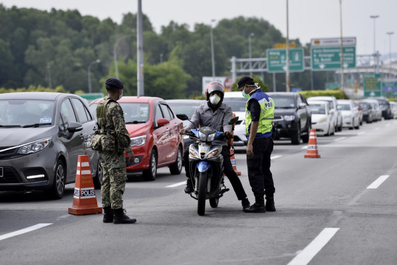 Soldiers and police officers conducting checks at a roadblock in Bukit Jelutong, Shah Alam March 22,2020. — Picture by Miera Zulyana
