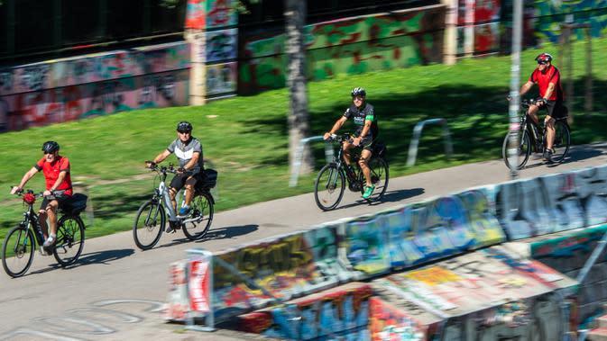 Para pengendara sepeda terlihat di sebuah jalan di Wina, Austria, pada 21 Agustus 2020. Wina mencatat 1,25 juta pengendara sepeda pada Juli, yang merupakan jumlah tertinggi di bulan Juli dalam catatan, demikian menurut Austrian Transport Club. (Xinhua/Guo Chen)
