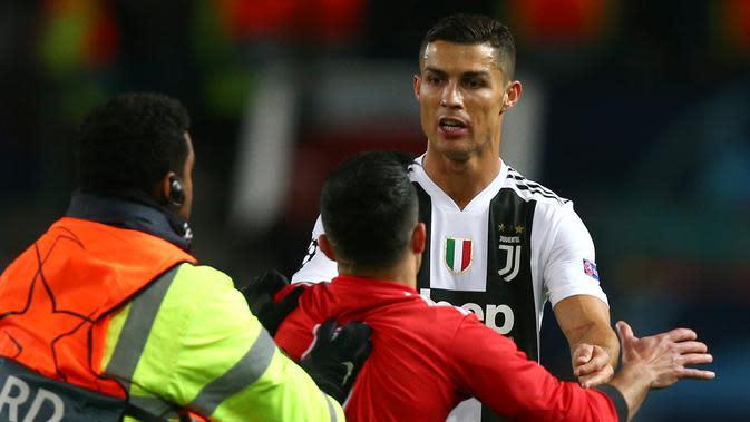 6 Potret Interaksi Cristiano Ronaldo dengan Fans yang Masuk Lapangan, Ternyata Ramah