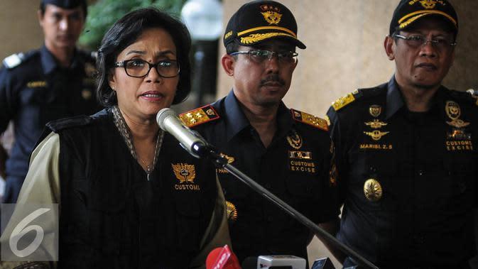 Menkeu Sri Mulyani mengumumkan besarnya tarif cukai rokok 2017 di Kantor Pusat Bea Cukai, Jakarta, Jumat (30/9). Pemerintah mengeluarkan kebijakan cukai yang baru melalui Peraturan Menteri Keuangan No 147/PMK.010/2016. (Liputan6.com/Faizal Fanani)