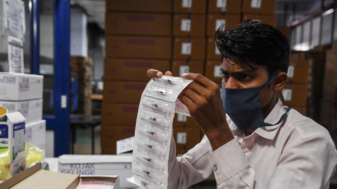 Pekerja memeriksa jarum suntik yang sudah jadi sebelum pengepakan, di pabrik Jarum Suntik Hindustan di Faridabad (2/9/2020). Produksi jarum suntik ditingkatkan mengantisipasi lonjakan permintaan saat perlombaan global untuk menemukan vaksin virus corona COVID-19 memanas. (AFP/Sajjad Hussain)