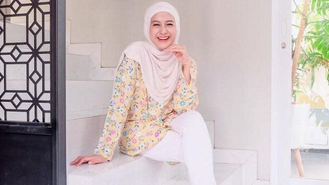 Pemilik nama lengkap Shadrina Zatulini Munaf ini juga sering membagikan gaya penampilannya di media sosial. Ia pun kerap mix and match pakaian dengan hijab yang tengah dikenakan. (Liputan6.com/IG/@ninazatulini22)