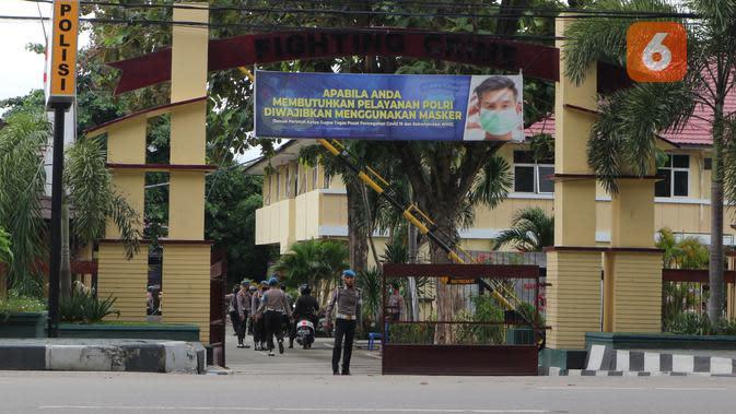 Sejumlah personel Propam berjaga di pintu masuk Mapolda Suteng saat digelar acara di halaman Mapolda, Jumat (26/6/2020). (Foto: Liputan6.com/ Heri Susanto).