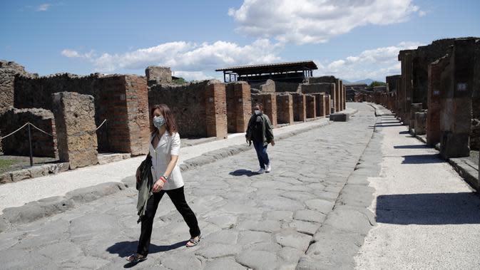 Orang-orang mengunjungi situs arkeologi Pompeii seusai kebijakan lockdown selama dua bulan untuk mengendalikan penyebaran Covid-19 di Italia, Selasa (26/5/2020). Salah satu situs arkeologi paling terkenal di dunia ini dibuka kembali untuk umum pada 26 Mei. (AP Photo/Alessandra Tarantino)