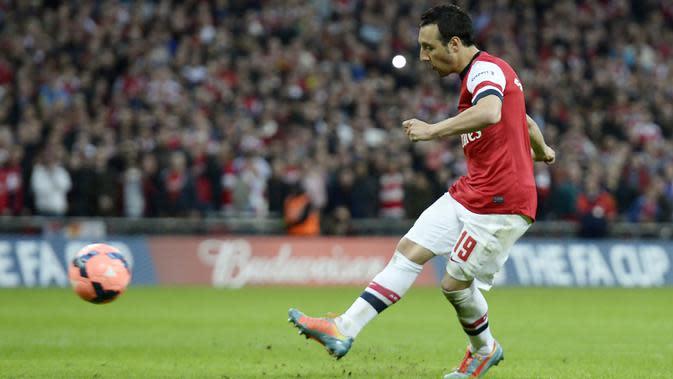Gelandang Arsenal, Santi Cazorla, melepaskan tendangan saat pertandingan melawan Wigan Athletic di Stadion Wembley, London, (12/4/2014). (EPA/Facundo Arrizabalaga)