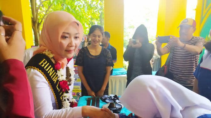 Atalia Praratya Ridwan Kamil, istri Gubernur Jawa Barat Ridwal Kamil, tengah menyalami saat mengunjungi deretam stand hasil produk siswa SMKN 1 Garut, Jawa Barat, Rabu (11/3/2020). (Liputan6.com/Jayadi Supriadin)