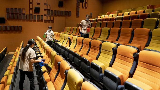 Para pekerja melakukan disinfeksi di sebuah bioskop di Wuhan, Provinsi Hubei, China, Senin (20/7/2020). Dengan mengambil berbagai langkah pencegahan COVID-19, bioskop-bioskop di Kota Wuhan mulai kembali dibuka secara bertahap pada 20 Juli 2020. (Xinhua/Xiao Yijiu)