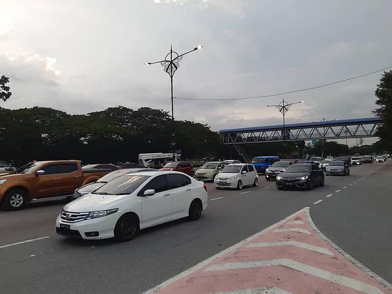 Traffic builds up at Km12 of Jalan Johor Baharu-Air Hitam after a double decker bus stalled. — Photo via Facebook/ Police Daerah Johor Bahru Utara