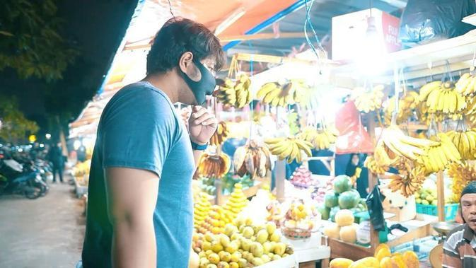 Malam itu juga, demi memenuhi keinginan sang istri Ammar langsung menuju pasar Pondok Labu. Ternyata, ia tidak mendapatkan nangka. Ia lantas melanjutkan ke Pasar Induk Kramat Jati. (Instagram/_irishbella_)