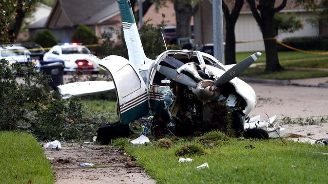 Pesawat yang hancur setelah kecelakaan di daerah Houston di Texas, Amerika Serikat (AS) (28/7/2020). Dua orang terluka ketika pesawat kecil itu jatuh pada Selasa (28/7) pagi di sebuah permukiman di Houston. (Xinhua/Steven Song)