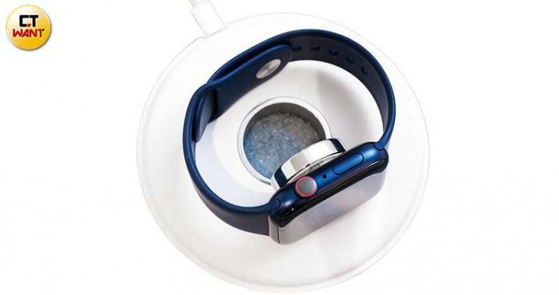 Apple Watch Series 6增加了藍色鋁金屬錶殼(如圖)和紅色款(PRODUCT RED),還有鈦金屬、不鏽鋼和再生鋁金屬等材質可選。(圖/馬景平攝)