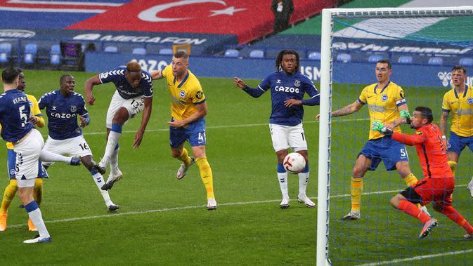 Bek Everton, Yerry Mina, berusaha menyundul bola ke gawang Brighton pada laga lanjutan Liga Inggris di Stadion Goodison Park, Sabtu (3/10/2020) malam WIB. Everton menang 4-2 atas Brighton. (AFP/Peter Byrne/pool)