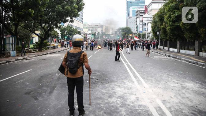 Anggota brimob memukul mundur massa aksi di kawasan Tanah Abang, Jakarta, Selasa (13/10/2020). Hingga menjelang magribh massa masih melakukan perlawan di kawasaan tersebut. (Liputan6.com/Faizal Fanani)