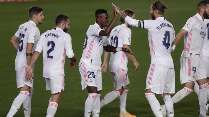 Pemain Real Madrid merayakan gol yang dicetak Vinicius Junior ke gawang Real Valladolid pada laga lanjutan Liga Spanyol di Estadio Alfredo Di Stefano, Kamis (1/10/2020) dini hari WIB. Real Madrid menang 1-0 atas Valladolid. (AP Photo/Manu Fernandez)