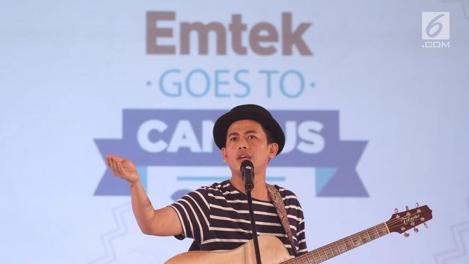 Musisi Budi Doremi saat bernyanyi pada gelaran EGTC 2018 Bandung di Graha Sanusi Hardjadinata, Universitas Padjajdaran, Bandung, Rabu (5/12). Budi Doremi membawakan lagu-lagu diantaranya, Tolong, Friendzone, Doremi.(Liputan6.com/Helmi Fithriansyah)