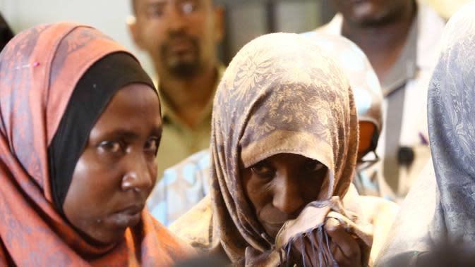 Ekspresi wanita anggota ISIS asal Sudan saat dipulangkan dari Libya ke negaranya, Khartoum, Sudan, Rabu (4/4). Menurut pejabat Sudan, warganya banyak yang bergabung dengan ISIS di Suriah, Irak, dan Libya. (ASHRAF SHAZLY/AFP)