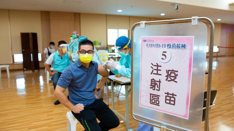 關於Covid19疫苗,你認為台灣是否應該採公費接種?