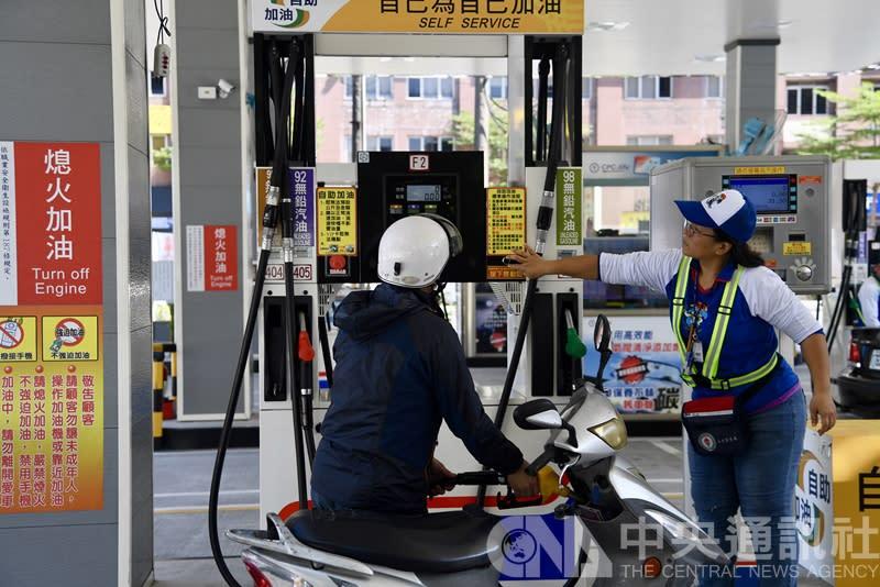 創下連六漲紀錄 下周汽油恐大漲1.8元(中央社/資料照片)
