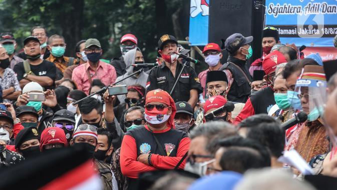 Suasana deklarasi Koalisi Aksi Menyelamatkan Indonesia (KAMI) di Tugu Proklamasi, Jakarta, Selasa (18/8/2020). Deklarasi ini mengabaikan protokoler kesehatan dan jaga jarak sehingga berisiko penularan covid-19. (Liputan6.com/Faizal Fanani)