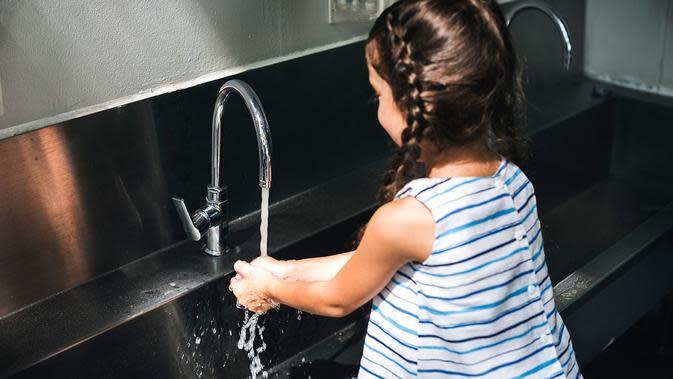 Gunakan air bersih mengalir sebagai pertolongan pertama luka bakar. copyright Rawpixel